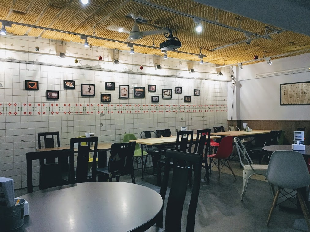 the wall in the Choose Me Cafe & Meal b1