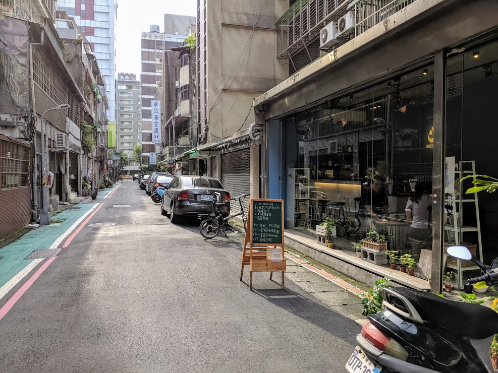 June Cafe 六月咖啡旁街景